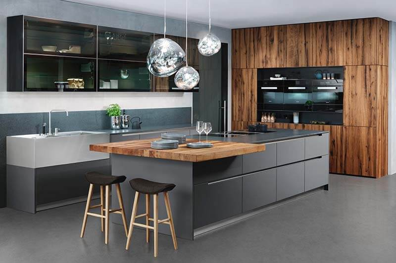 Designerküche von Ewe, Küchenblock in grau, Hochschränke Holz Nussbaum
