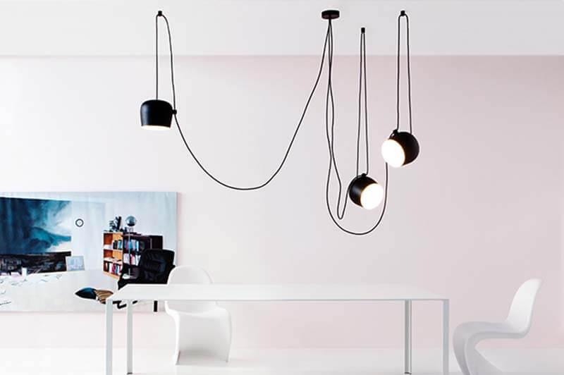 Esszimmerleuchte von Flos in schwarz, Mehrere Kabel und drei Lampen kunstvoll arrangiert, an drei Punkten von der Decke abgehängt