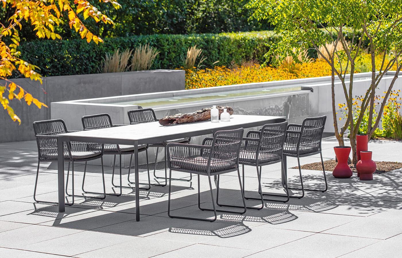 Esstisch und Stühle auf Terrasse