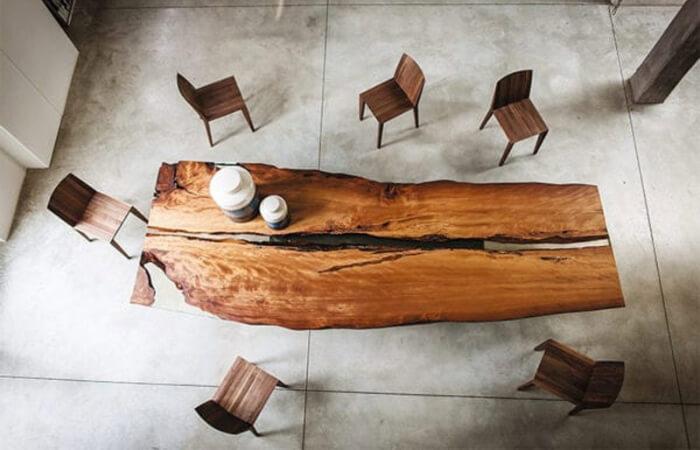 Esstafel mit Baumstamm