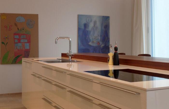 Küchenbereich mit Gemälden im Hintergrund