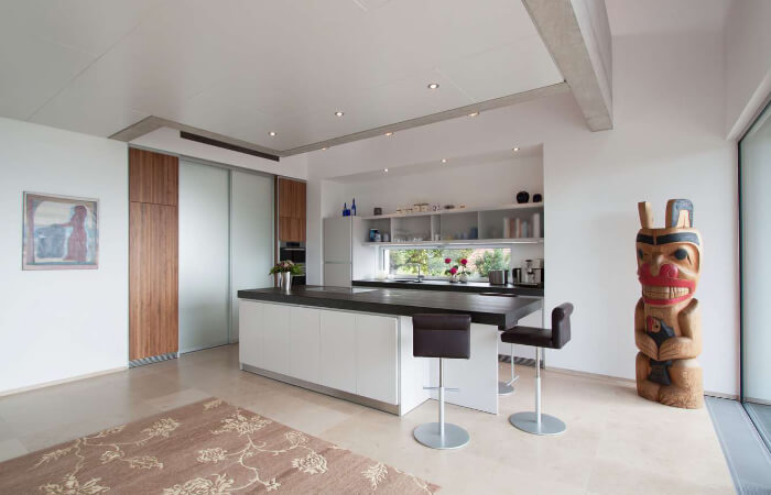 Küchenbereich mit Holzskulptur