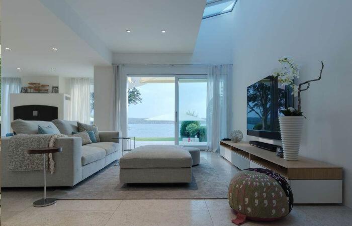 heller Wohnraum mit Blick auf die Terrasse